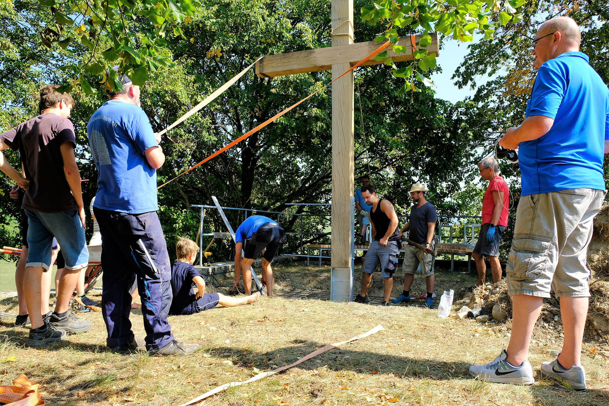 viele Freiwillige Helfer beim Bau der sieben Stationen des Vaterunser Erlebnisweges